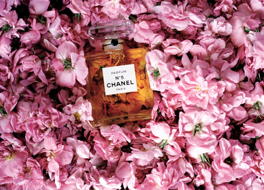 Lets face it anything with the interlocking C's of CHANEL is likely to make any woman go weak at the knees, so investing in anything from a bottle of Chanel No5 to a classic lil handbag is secure in the knowing it will please. But to mark Mothers Day the French Fashion House have gone all floral and transformed their Covent Garden Beauty boutique. So From Friday 8th March to Sunday 10th March, the CHANEL flower stall will be dedicated to the discovery of flowers used in the House's most celebrated fragrances; May Rose, Jasmine, Iris, Tuberose and Patchouli. Flowers that are an integral part to the composition of CHANEL fragrances. In celebration of Mother's Day, enjoy a special hand- tied posy using the flowers from CHANEL fragrances. In addition, have your personalised message hand written by a CHANEL calligrapher on a Camellia embossed card, with a choice of quotes from Mademoiselle Chanel.
