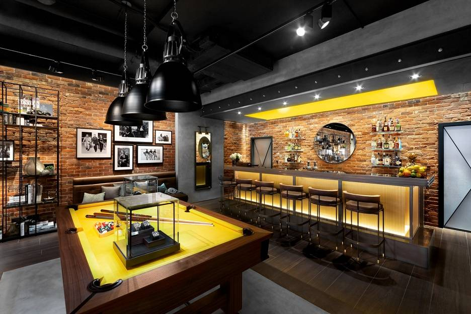 Immerse yourself in the Luxury World of Breitling - CLOTHES MAKE THE MAN